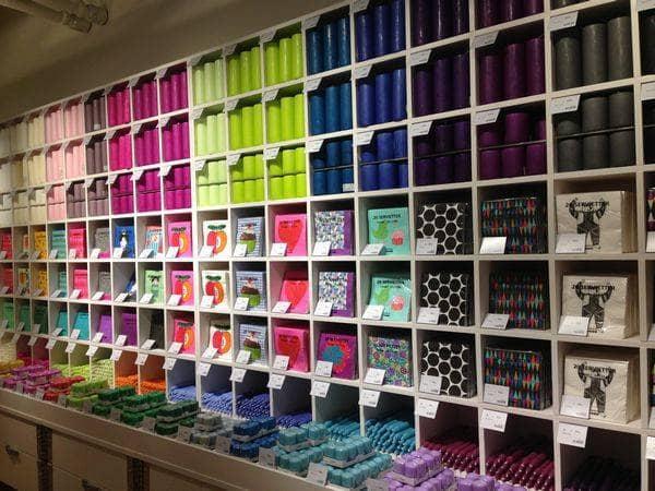店内奥にある色とりどりのナプキンとキャンドルのコーナー。ナプキンは他のコーナーにも並んでいますが、ここでは一気にチェックできます