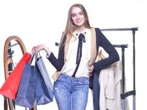 買い物する女子