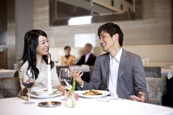 ワインディナーを楽しむ男女