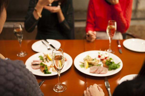 ワインと食事を楽しむ男女