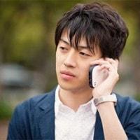 携帯で話す男子