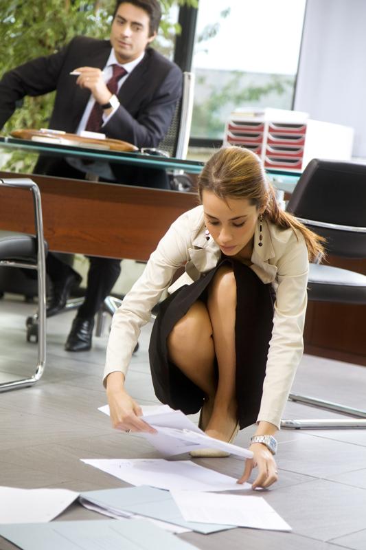 洗練された女性に見える、振る舞い―物を拾うときは必ず「腰を下ろす」|「マイナビウーマン」