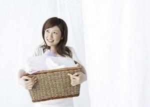 洗濯籠を持つ女性