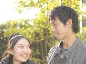微笑みあうカップル