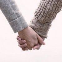 手を繋ぐ二人