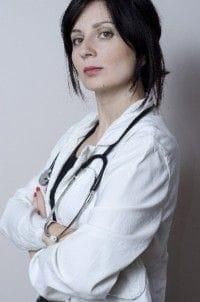 聴診器をかけた女性