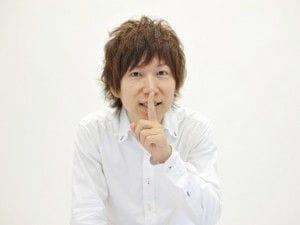 口の前に人差し指を立てる男性