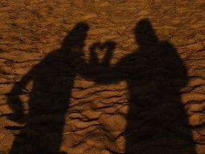 影でハートをつくるカップル