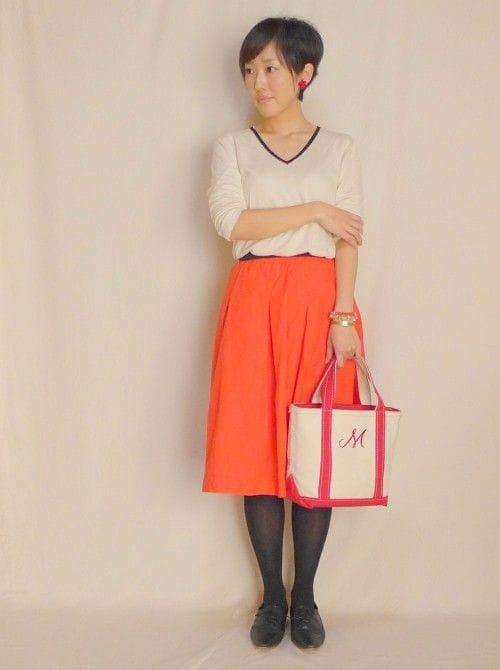 インパクトある真っ赤なスカートに一枚でサラリと合わせる潔さがこなれて見えるコーデ