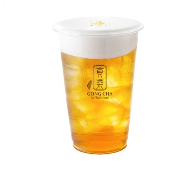 上にのせたミルクフォームの甘じょっぱい味がくせになる「ミルクフォーム グリーンティー(420円)」。全部を混ぜればクリーミーな緑茶に変身。最後まで飽きることなく楽しめます。