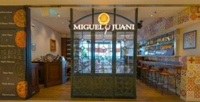 スペインから取り寄せたタイルを使ったモダンな空間で、本場の味と雰囲気が満喫できる