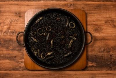 ショートパスタを濃厚なイカ墨で煮込んだ「イカ墨のフィデウア(1人前/税別 1580円)」。