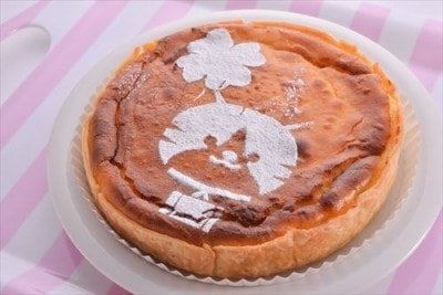 しっとりした安納芋と甘酸っぱいクリームチーズが互いを引き立てあう「にゃらん しっとり安納芋と濃厚クリームチーズパイ(税込1,296円)」。粉糖で描かれたおすましにゃらんとクローバーがキュート◎ /おいもさんのお店 らぽっぽ /販売期間:1月4日~2月29日