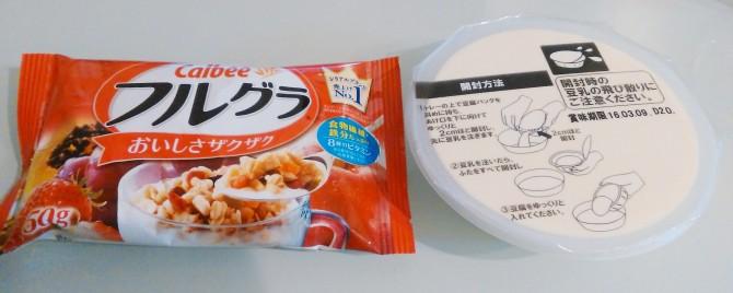 中身はフルグラのミニパッケージとお豆腐が1丁