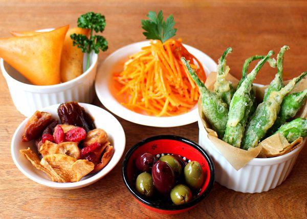 小皿セット5品(オーガニックオリーブ・オーガニックドライフルーツ・にんじんと生姜のラペ・ししとうのフリット・チーズサモサ)