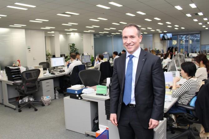 ロバート・ウォルターズ・ジャパンの職場風景。前に立っているのは社長のデイビッド・スワン氏