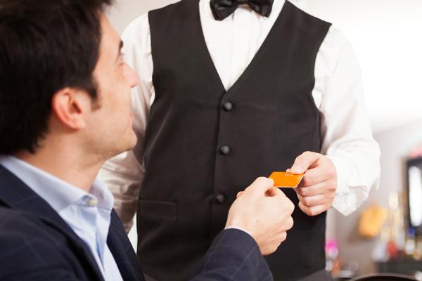 支払いをする男性