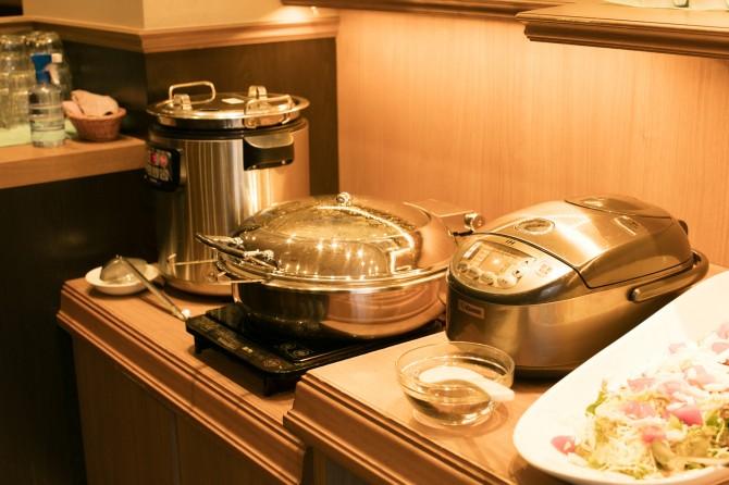 サラダバーに隣接するライス、スープ