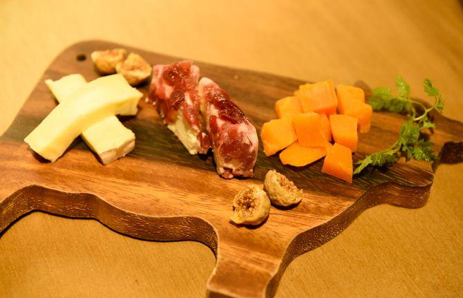 本日のチーズ3種盛り合わせ 680円(税込み)