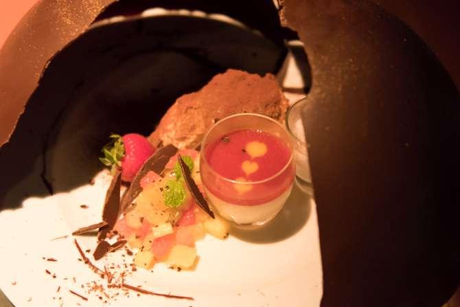 バルコニーシート限定 ディナーコース「デュエット」※乾杯用スパークリングワイン付き 料金:16,200円(税込み/2名) 時間:18:00 - 23:00(L.O. 21:00) おふたりだけにシェフからの宝石箱 星空と美食の8ピンチョス スパゲッティ フンギ、ポルチーニ茸、フレッシュトリュフ 白ワインクリームソース 真鯛と海老のプランチャ ロメスコソース 牛・豚・羊 おふたりで夜景を一望しながら食すイタリアンドルチェ盛り合わせ パン、コーヒー または 紅茶 (※今回食べたコースの内容は2016年10月19日(水)までになります。20(木)からはコース内容がリニューアルします。)