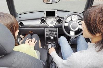 ドライブデート中のカップル