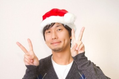 サンタ帽をかぶった男性