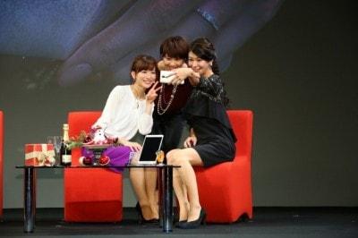 ゲストの3人(左から皆藤愛子さん、潮田玲子さん、八田亜矢子さん)も自撮で大盛り上がり。