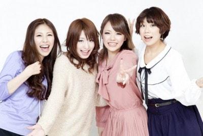 笑顔の女性4人