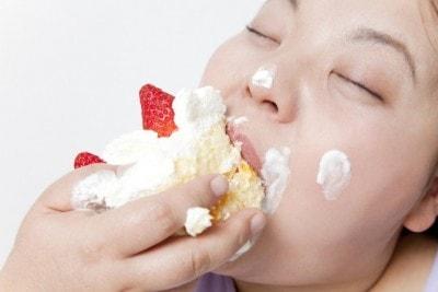 ケーキを食べまくる女性