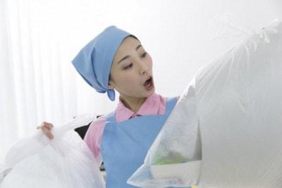 ゴミをまとめる女性