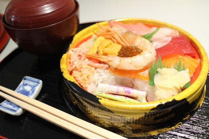 「本鮪中トロ入り! 贅沢海鮮丼」(税込み1058円)