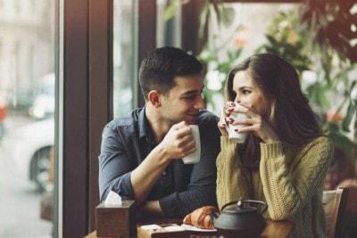 カフェで肩を寄せ合う男女