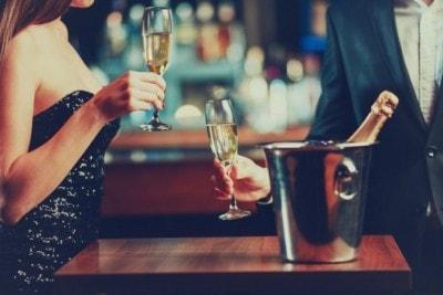 バーでお酒を飲む夫婦
