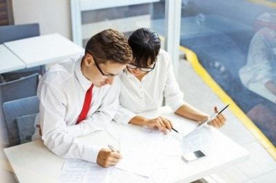 スクールで勉強する男女