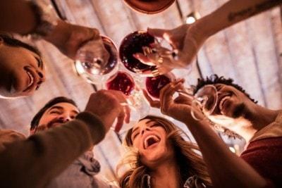 飲み会で乾杯する男女