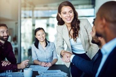 職場で男性とアイコンタクトをする女性