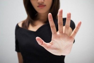 手のひらを前に出す女性
