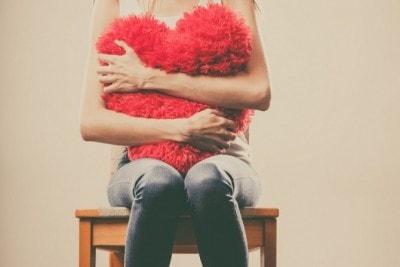 ハートを抱える女性