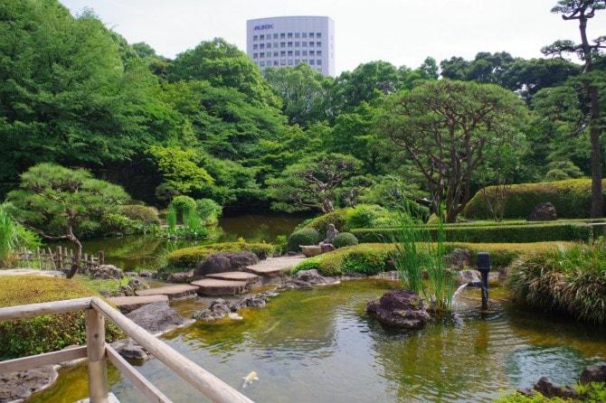 清泉池には、約350匹の鯉が泳いでいます。