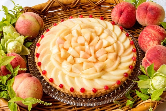 新作「桃とホワイトチョコムースのタルト」(piece819 円/whole(25cm) 7,776円)
