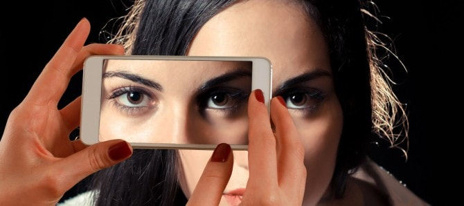 smartphone-face-woman-eyes-122428
