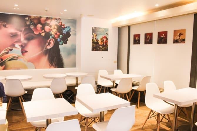 2F席の店内は、白を基調とした南仏あふれるイラストでデザインされています