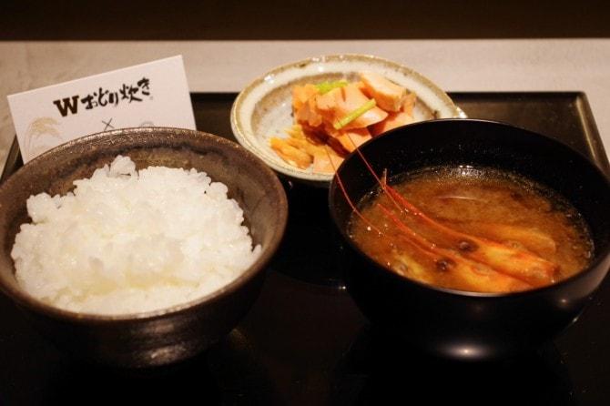 新潟県の「新之助御膳」。極上熟成塩引き鮭と越後味噌を使った南蛮えび頭の味噌汁。