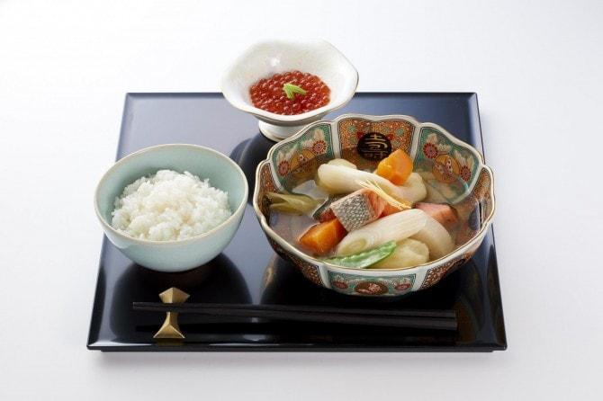 北海道の「ゆめぴりか御膳」。いくらの醬油漬けと歴史ある郷土料理の三平汁。