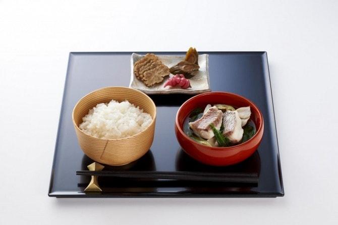 秋田県の「あきたこまち御膳」。がっこと塩魚汁(しょっつる)。