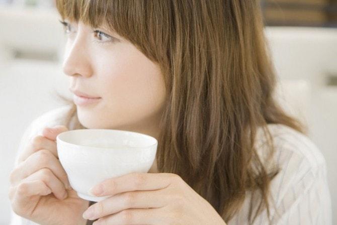 白湯を飲む女性